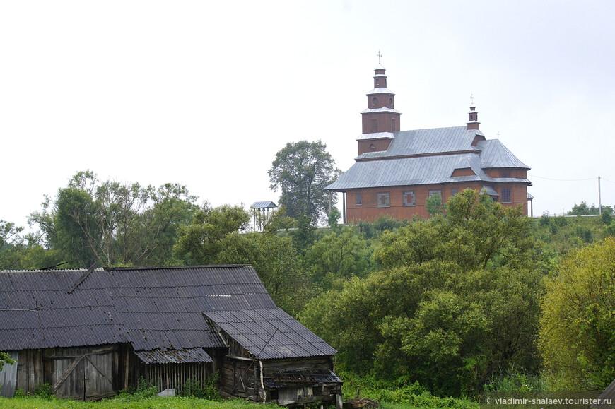 В деревне Дрисвяты стоит один из самых старых деревянных костёлов Беларуси - костёл святого Петра и Павла (1929). Долгое время он был заброшен, но в середине 1990-ых был восстановлен и теперь исправно функционирует. Похожий по архитектуре костёл мы позднее увидим в деревне Далёкие.