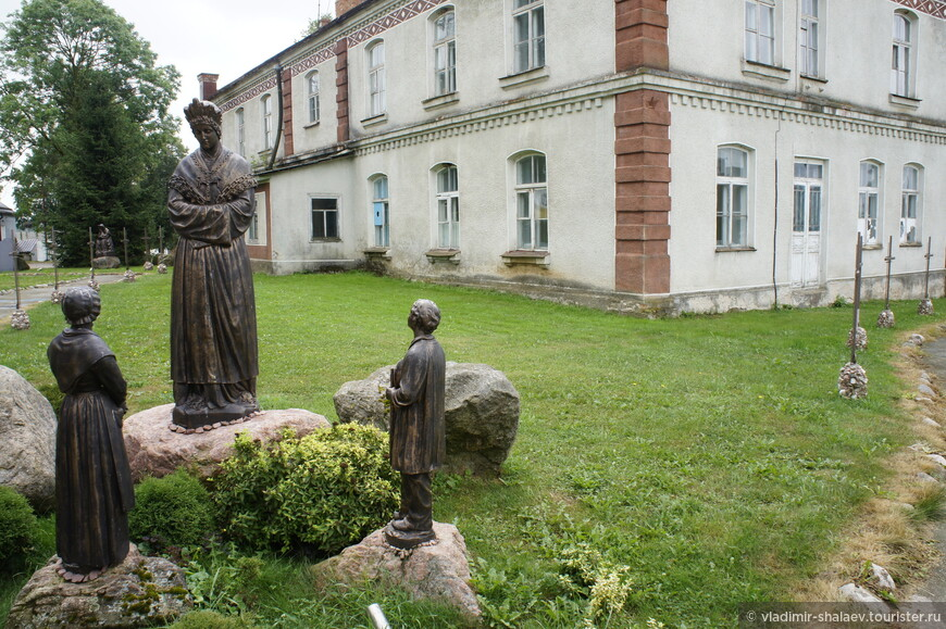 Скульптуры на территории костёла.