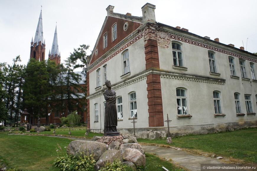 За западной стеной костёла расположено красивое здание в готическом стиле.