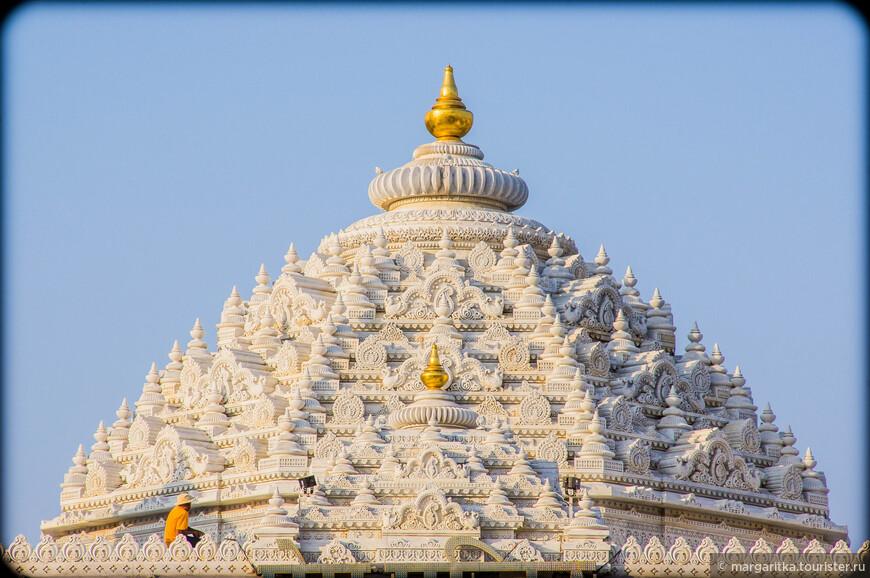 купол Прем мандира убирается и освящается водой с шафраном