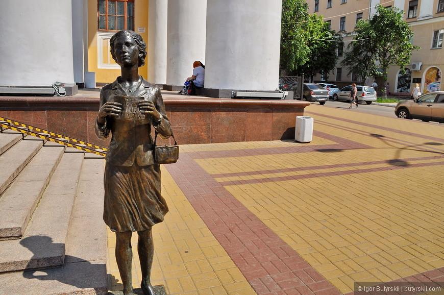 21. Памятник студентке, с ней можно фотографироваться.