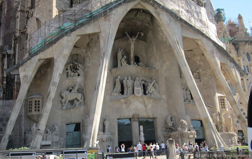Храм Святого Семейства (полное название: Искупительный храм Святого Семейства, кат. Temple Expiatori de la Sagrada Família), знаменитый проект Антонио Гауди. Один из самых известных долгостроев мира (строительство начато в 1882 году).
