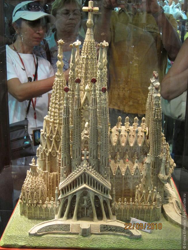 Макет храма Святого Семейства в одном из сувенирных магазинчиков, расположенном около храма