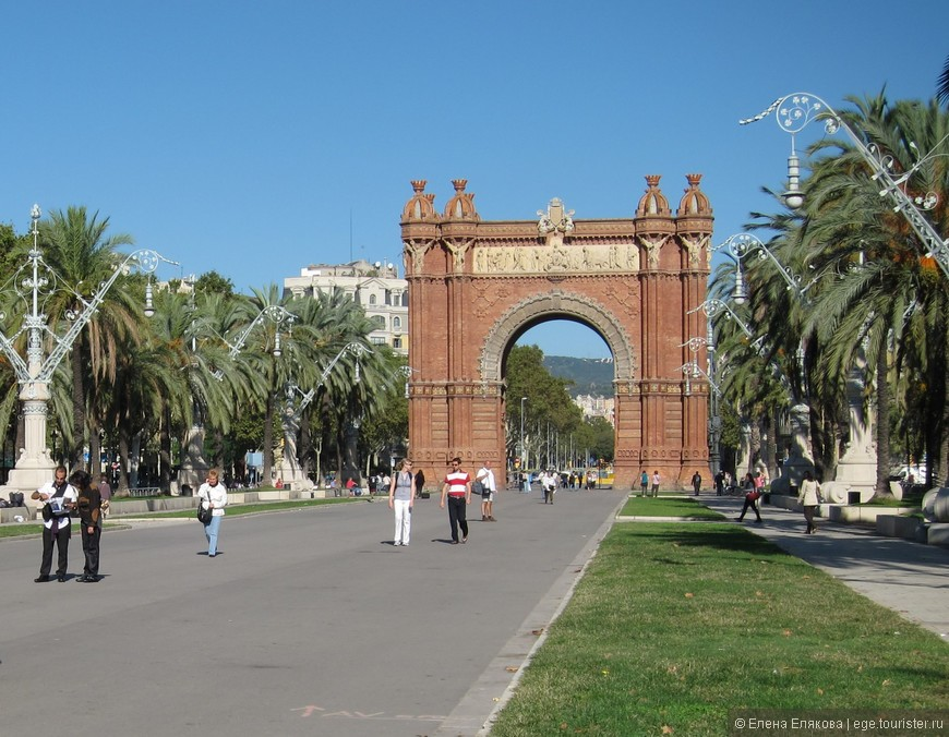 Триумфальная арка, разделяет 2 бульвара, служила парадным входом Всемирной выставки 1888 года