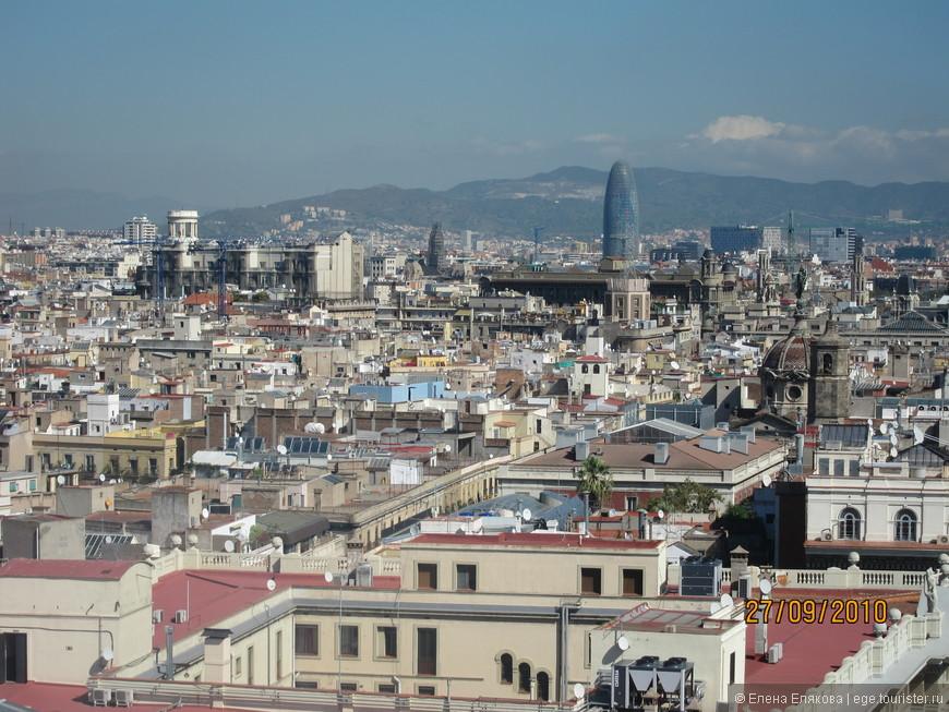 Барселона с  монумента Христовору Колумбу, башня Агбар (144 м) - напоминает очертаниями гору Монтсеррат
