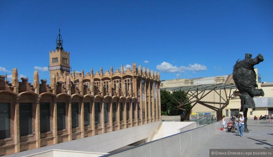 Великий слон, высота 8 метров (2009 г. ), слева - культурный центр (выставочные залы) Caixa Forum, построенный на месте бывшей текстильной фабрики.