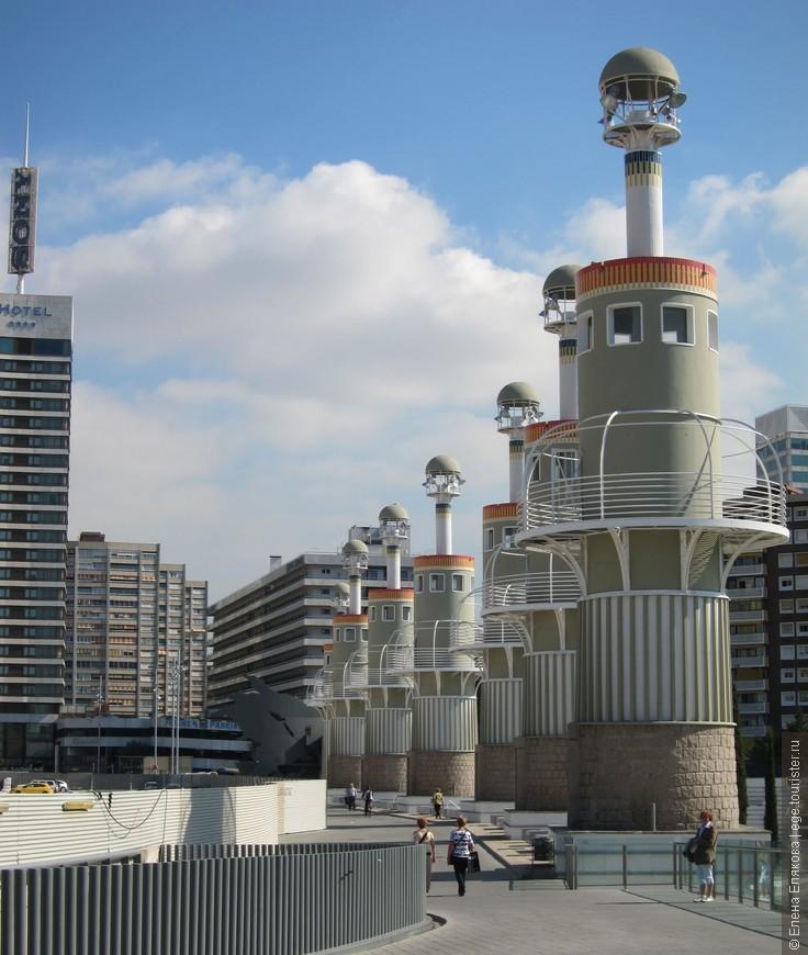 Фонарные столбы парка ла Эспанья Индустриаль. Парк разбит на территории бывшей текстильной фабрики.