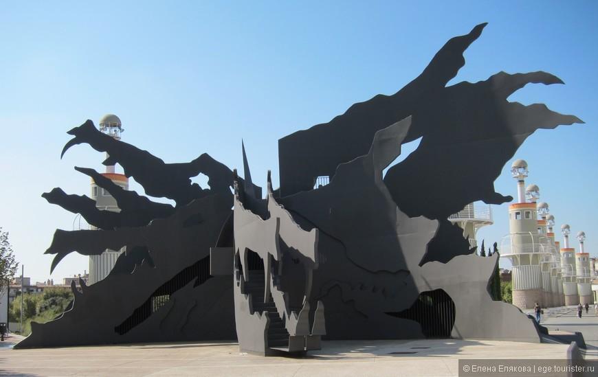 Это скульптура дракона в парке ла Эспанья Индустриаль