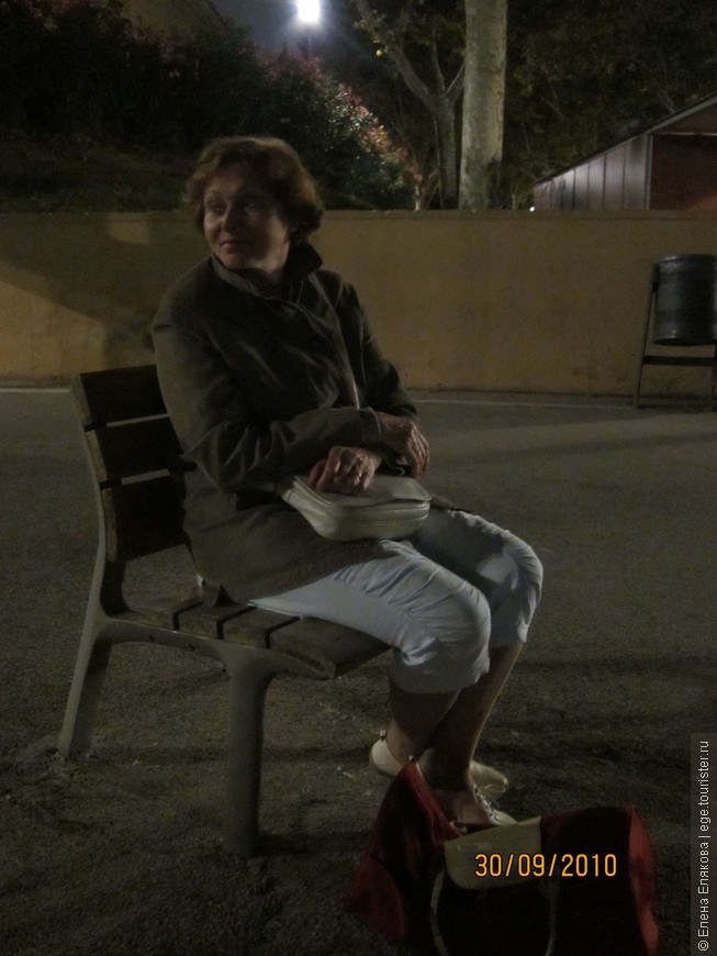"""Долго ждем поющий фонтан, а он так и не заработал, хотя должен был работать, и народу собралось очень много. А этот стул вкопан намертво в землю (или бетон), а некоторые проходящие мимо люди говорили: """"надо же и стулья с собой принесли!"""""""