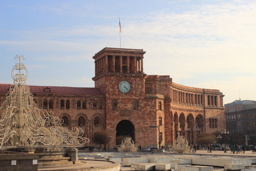 Площадь Республики в Ереване на закате. Зимой ночь приходит быстро - надо успеть все сфоткать!