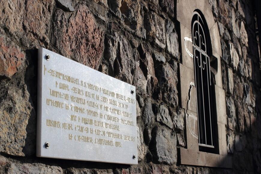 Хор Вирап. На следующий день мои армянские друзья устроили мне праздник - отвезли меня на машине к монастырю Хор Вирап. Это около турецкой границы, у подножия горы Арарат. Оттуда открывается один из чудеснейших видов на библейскую гору Арарат, где, согласно преданию, оказался Ной на ковчеге после Всемирного потопа.
