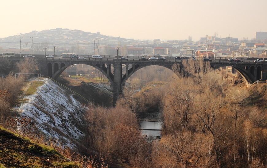 Мост по пути из центра Еревана на автовокзал. Пока идешь - рядом тормозят такси, все уже знают, куда ты идешь, и хотят довезти до такси. Чуть дороже, чем на автобусе, но и чуть быстрее.