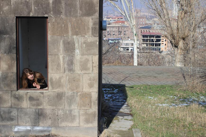 Это я в парке около мемориала, нашла будку, где были охранники. А теперь там видеонаблюдение.