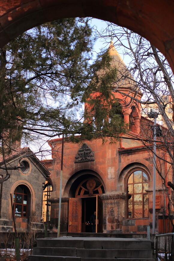 Старинная древняя церковь в Ереване