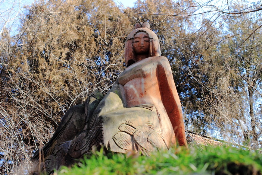 Скульптуры в парке на набережной Еревана
