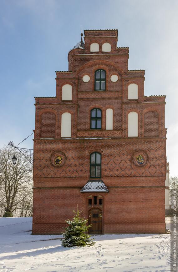 Здание дворца полно символики и цитат из различных эпох. Уже начиная с выбранных цветов: белая главная часть, красный кирпичный флигель, черная крыша - цвета флага основанного в 1871 году немецкого рейха.