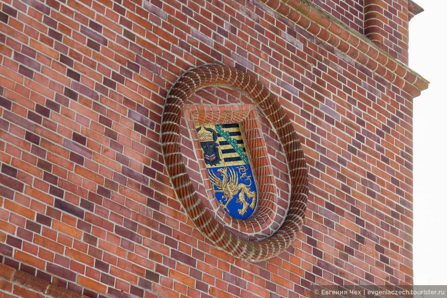 А это герб объединенный, в связи с заключением брака с герцогиней Саксонской и Висмарской.