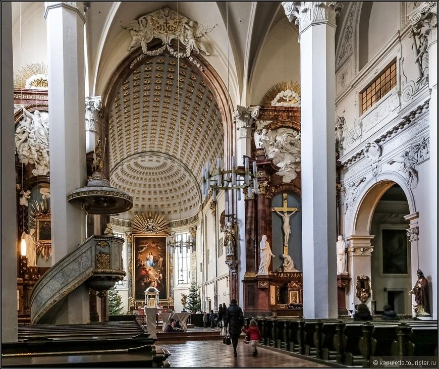 Мне было очень интересно узнать о кармелитах...Такое вкусное название у этого монашеского ордена. Ведь именно благодаря им стоит сегодня это великолепное барочное сооружение....