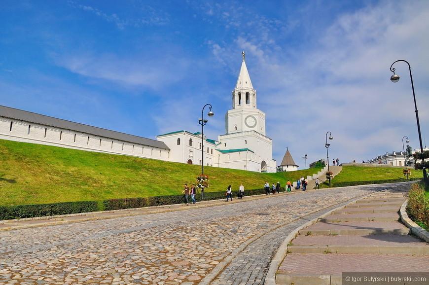 01. Вход в кремль. В Казани очень высокий уровень инфраструктуры как городской, так и туристической.