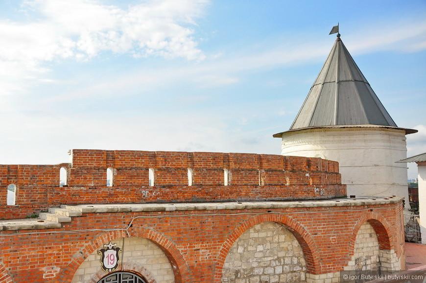 19. Безымянная круглая башня — кирпичной постройки, возведена предположительно московскими зодчими в XVII веке.