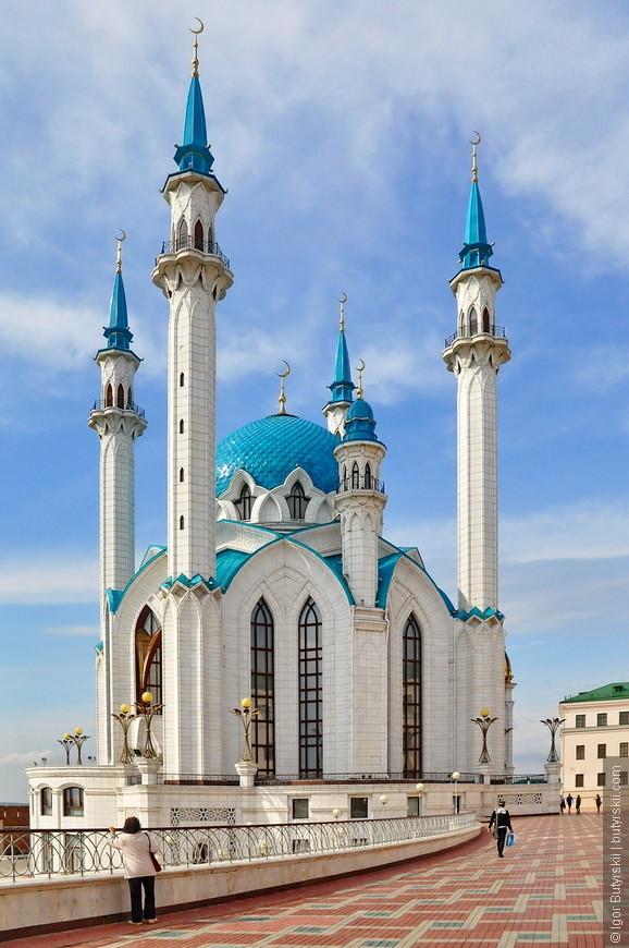 20. Купол высотой 36 м декорирован формами, ассоциирующимися с образом и декоративными деталями «Казанской шапки». Высота каждого из четырёх основных минаретов 58 метров.