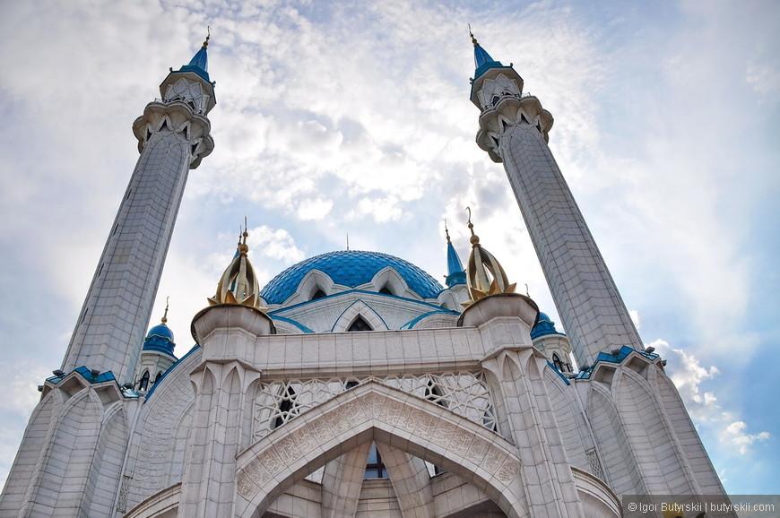 26. Сооружена из белого мрамора и гранита, купол и минареты бирюзового цвета.