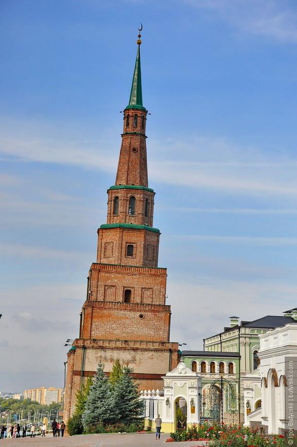 27. Башня Сююмбике также относится к «падающим» башням (как, например, Пизанская башня), так как имеет заметный наклон в северо-восточную сторону. На данный момент отклонение её шпиля от вертикали составляет 1,98 м.
