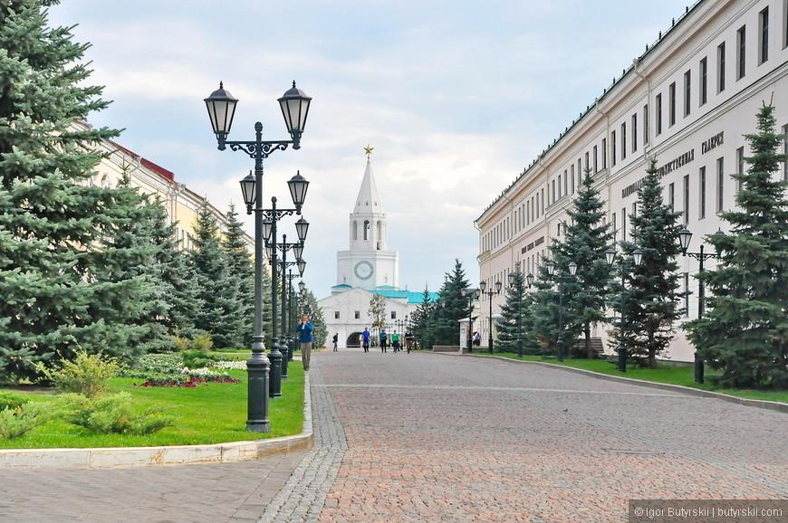 30. На территории кремля тоже как в Нижнем находятся административные органы, но в отличии от последнего, нет ни одной машины, и ездят они крайне редко.