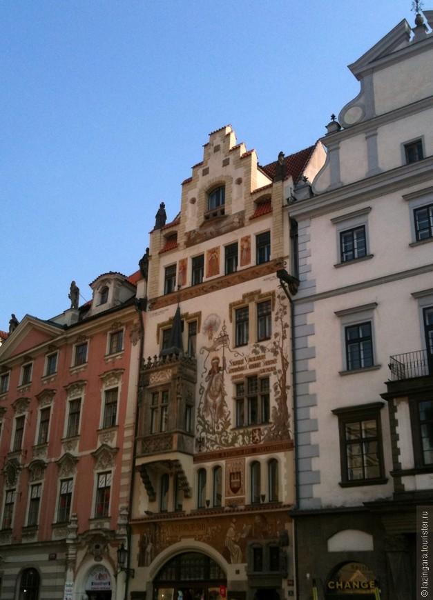Название дома «У каменного барашка» (U kamenného beránka) почему-то связывают с располагавшейся здесь некогда аптекой. Портал и фронтон строения, расположившегося на южной стороне Староместской площади, выполнены в стиле ренессанс, кладка романская и готическая
