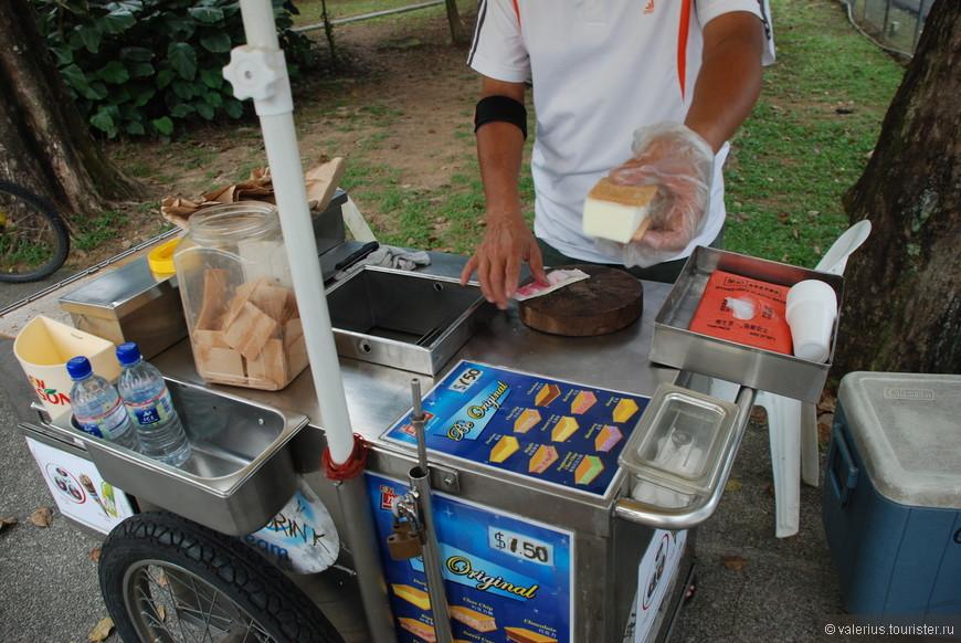 мороженщик отрезает от бруска мороженого кусок, вкладывает его меж двух вафелек и... приятного аппетита. При случае попробуйте мороженое со вкусом дуриана )