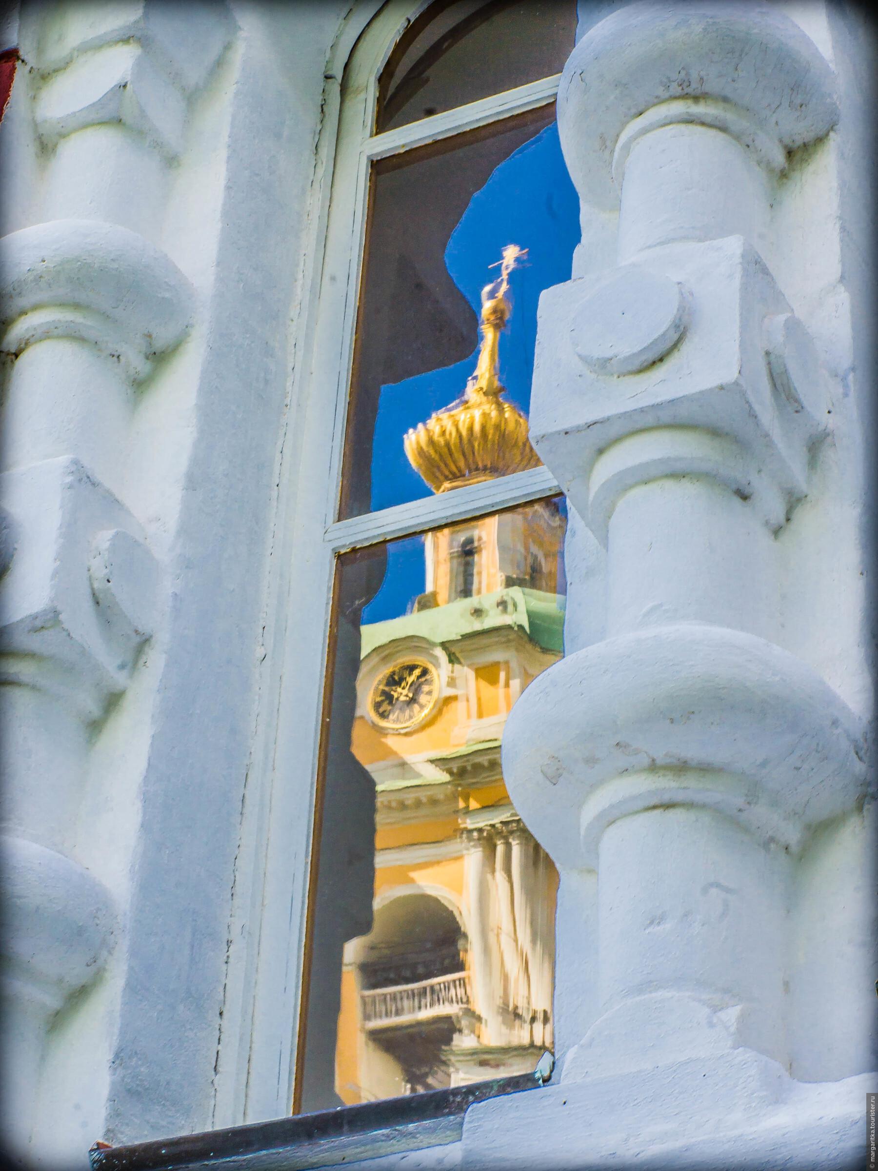 отражениея в окнах Спасо-Преображенского Собора колокольни, Новоспасский монастырь. Москва