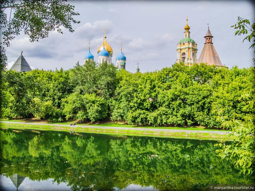на фоне монастырского пруда с права на лево: Юго-западная башня, колокольня с храмом преп. Сергия Радонежского, Спасо-Преображенский собор и Западная башня