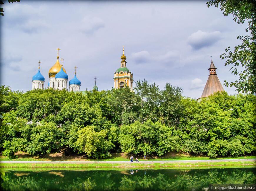 на фоне монастырского пруда с права на лево: Юго-западная башня, колокольня с храмом преп. Сергия Радонежского, Спасо-Преображенский собор