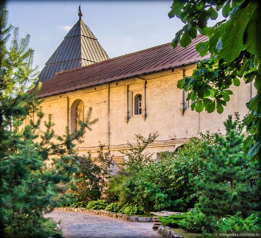 западная крепостная стена монастыря  (XVIIв) (архитектор Ф. Конь)