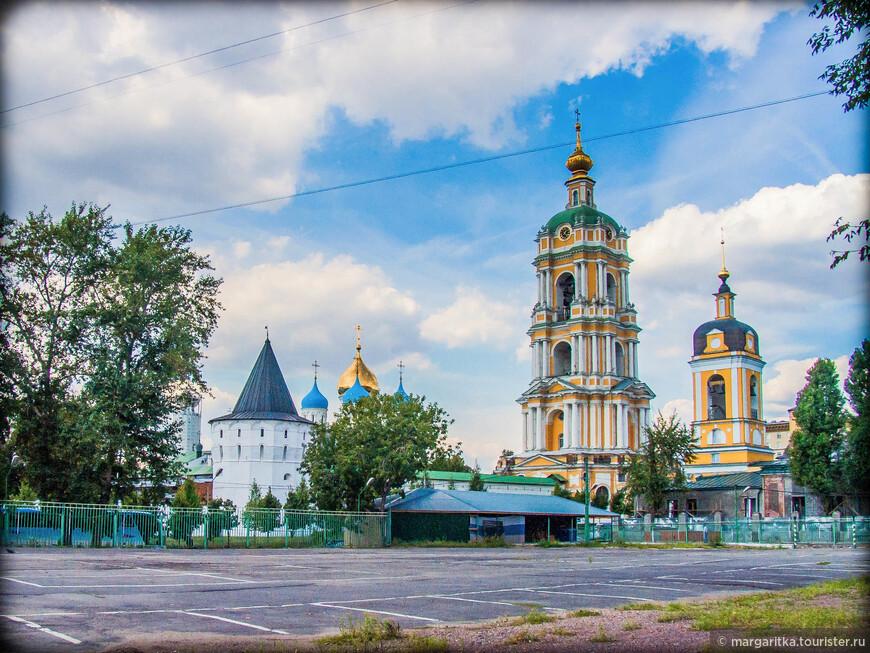 вид на Юго-восточную башню, купола Собора и колокольню монастыря и храм Сорока Святых напротв
