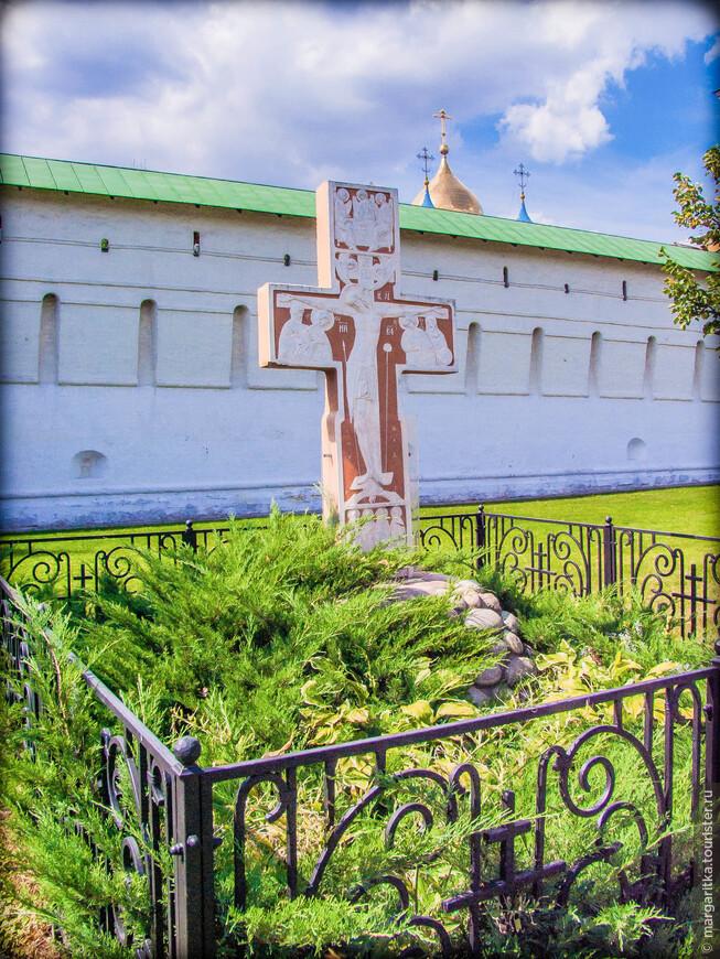 Поклонный Крест у главного входа в монастырь