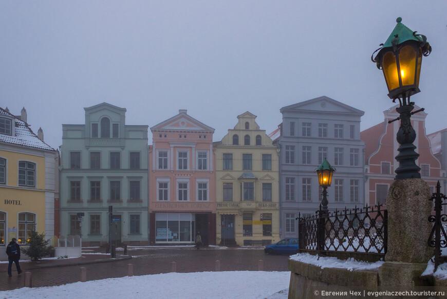 По всему периметру площади расположены многочисленные исторические здания.