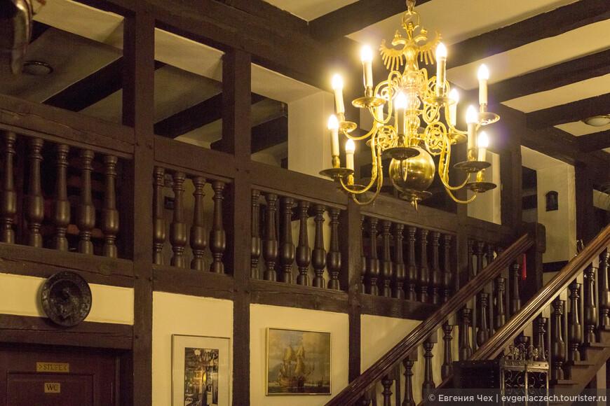 Интерьер Старого шведа выдержан в историческом стиле - деревянные балки, камин, коллекция старого оружия.
