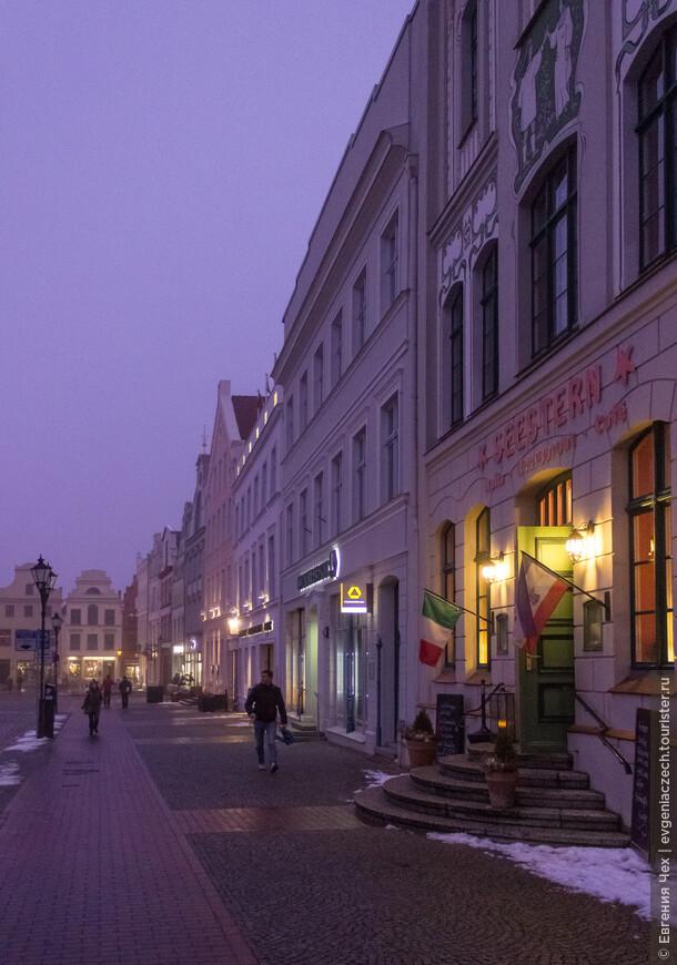 Сегодня на площади - многочисленные кафе и рестораны.