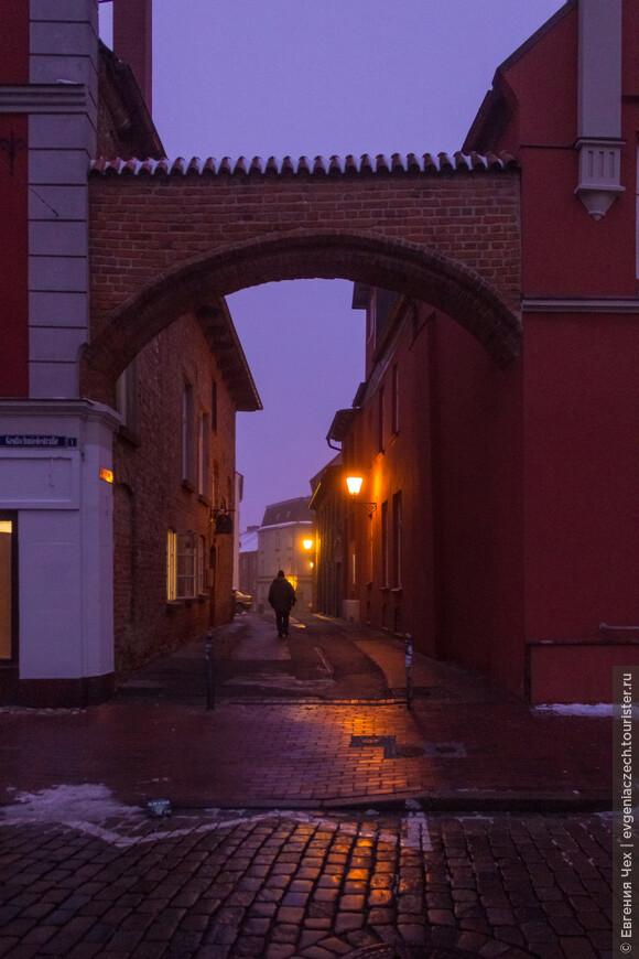 Улочки старого города выложены булыжником, мягкий свет фонарей приглашает в романтическую прогулку.
