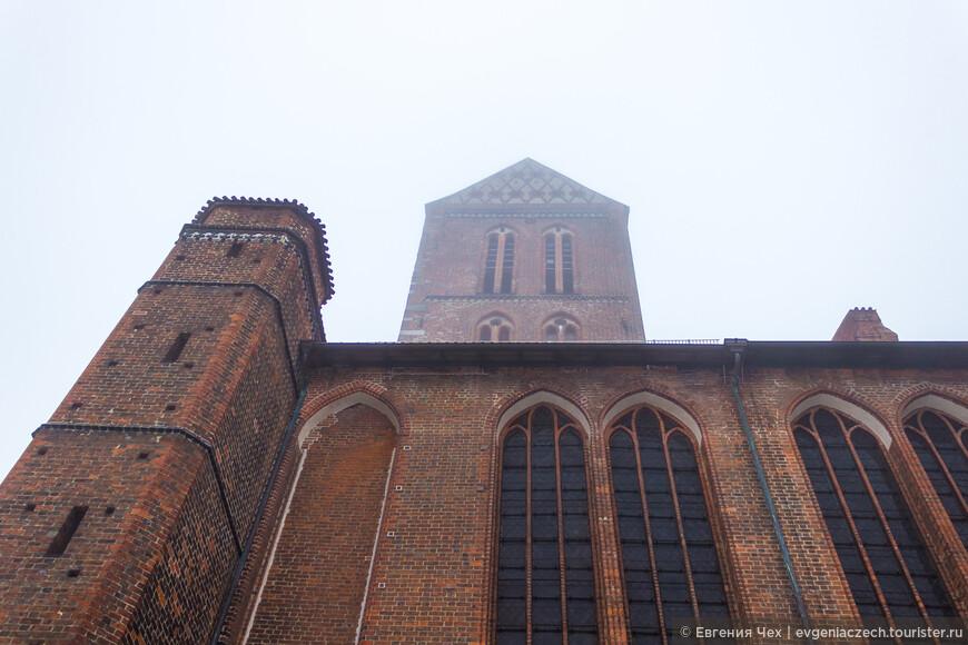 Это церковь св. Николая, построена в 14 веке на средства моряков и купцов. Высота сводов 37 метров.