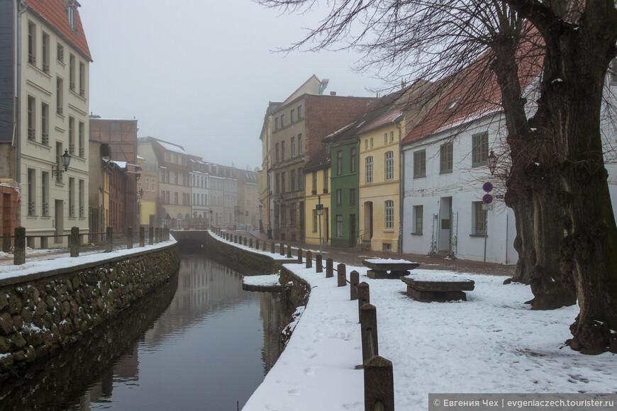 Улица Frische Grube - старейшая в Висмаре. Она стоит на канале, прорытом в 13 веке и соединяющим Мельничный пруд с Балтийским морем.