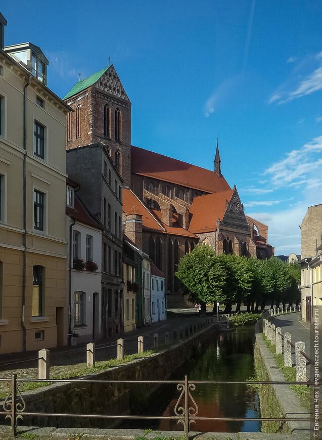 Висмар знаменит своими церквями, выстроенными в 14 - 15 веках в уникальном стиле кирпичной готики, характерной именно для ганзейских городов балтийского побережья.