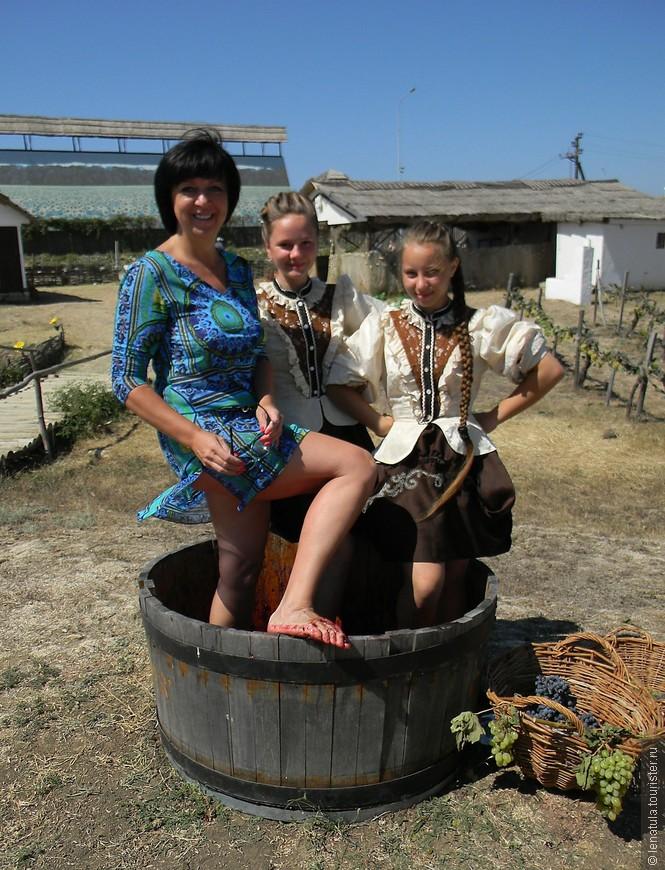 Девушки зазывали помять виноград, как это делали раньше. Как тут не попробовать?