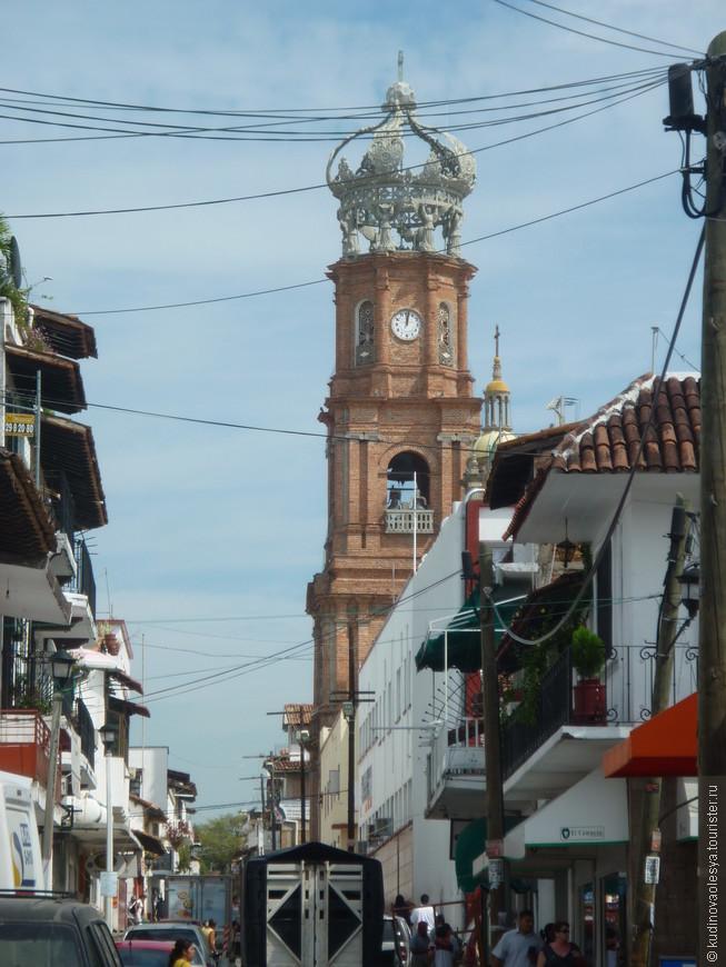 Город пропитан атмосферой старины, на небольших улочках вы увидите маленькие белоснежные домики с красными черепичными крышами, уютные ресторанчики и торговые павильоны.
