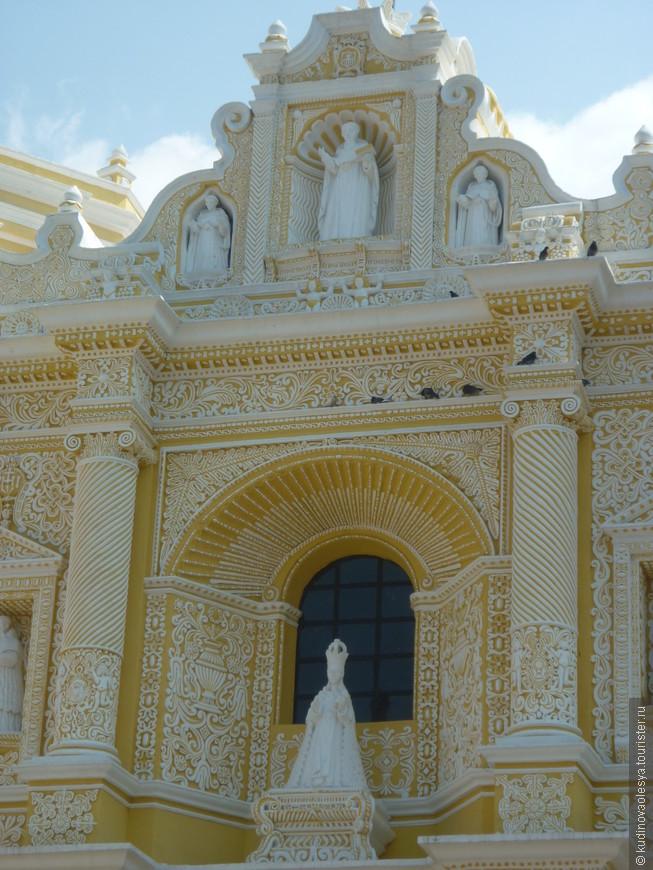 Фасад церкви, выполненный в стиле барокко, с двух сторон оформлен невысокими башенками-колокольнями и богато украшен лепниной и скульптурами. Конструкция церкви с ее широкими арками и колоннами смогла выдержать несколько землетрясений. Во дворе церкви находится крупнейший фонтан Гватемалы, созданный в XVII столетии.
