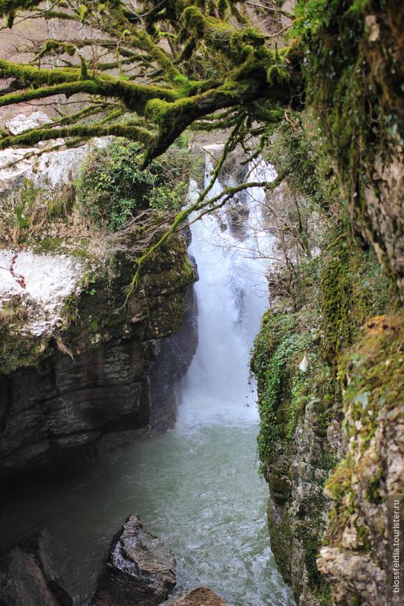 При осмотре водопада, особенно с лодки, пригодится широкоугольный объектив.