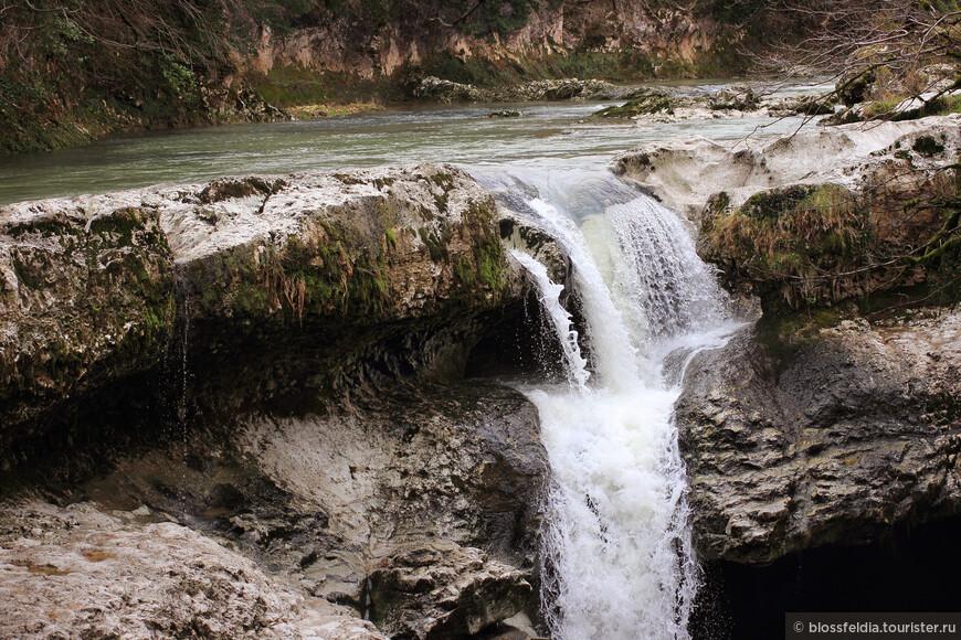 Такой вид открывается с земли - с места, где есть скамейки и столики: летом все приезжают к водопадам, чтобы выпить и закусить - то есть хорошо провести время.