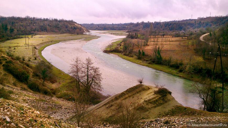 Вид на реку Абаша, если идти обратно - от каньона в Мартвили.