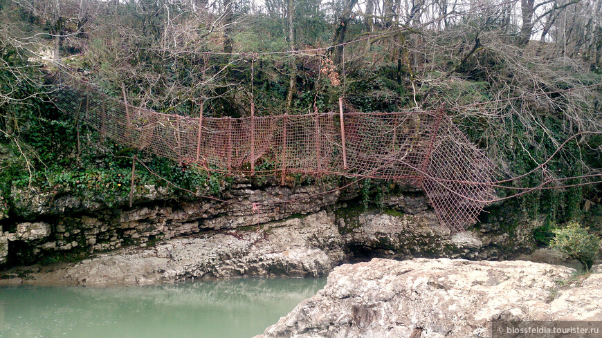 Нет, не с этого мостика. С другого. А этот мост был когда-то пешеходным, но поднявшаяся вода однажды сломала его и превратила в декорацию для фотосессии.